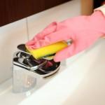 Wasserhahn wird gereinigt a water tap is cleaned